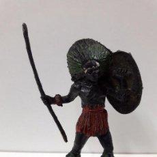 Figuras de Goma y PVC: GUERRERO AFRICANO NEGRO . REALIZADO POR TEIXIDO . SERIE SAFARI . AÑOS 60 EN PLASTICO. Lote 86862296