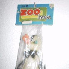 Figuras de Goma y PVC: PATO DE GOMA EN BOLSA SERIE ZOO , BERNA ( ONIL-ALICANTE ) , AÑOS 60/70 . CON PITO AL APRETAR. Lote 89078460