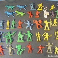 Figuras de Goma y PVC: LOTE DE 31 FIGURAS DE PLÁSTICO MONOCROMO. VAQUEROS, INDIOS, SOLDADOS, ETC.. Lote 90520965