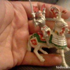 Figuras de Goma y PVC: CABALLO BLANCO Y CABALLERO PLASTICO ESCUDO ROJO Y ESPADA MEDIEVAL LAFREDO AÑOS 60 BE . Lote 92227165