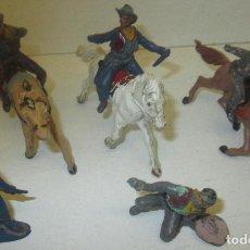 Figuras de Goma y PVC: LOTE 5 VAQUEROS, COW-BOYS + 3 CABALLOS, DE GOMA, PECH. Lote 96912984