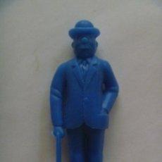 Figuras de Goma y PVC: FIGURA DE DUNKIN DE TINTIN : FERNANDEZ O DUPOND .. DETRAS PONE ESSO. Lote 97777335