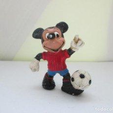 Figuras de Goma y PVC: ANTIGUA FIGURA DE MICKEY MOUSE VESTIDO DE FUTBOLISTA. ORIGINAL DE DISNEY . Lote 98201955