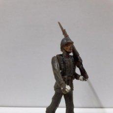 Figuras de Goma y PVC: SOLDADO ESPAÑOL EN DESFILE . REALIZADO POR TEIXIDO . AÑOS 60. Lote 100418711