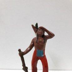 Figuras de Goma y PVC: GUERRERO INDIO OTEANDO EL HORIZONTE . REALIZADO POR TEIXIDO . AÑOS 50 EN GOMA. Lote 100641059