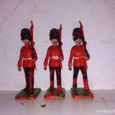 Figuras de Goma y PVC: DESFILE A GUARDIA BRITÁNICA PVC 55 MM CRESCENT TOYS LONE STAR. Lote 102687435