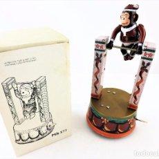 Figuras de Goma y PVC: MONO EQUILIBRISTA A CUERDA. Lote 103196255