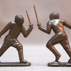 Figuras de Goma y PVC: 2 FIGURAS DE PLASTICO, PREMIUM CONGUITOS, OLIMPIADAS, ESGRIMA, 70S. Lote 103376307