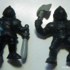 Figuras de Goma y PVC: 2 FIGURAS DE CABALLEROS MEDIEVALES CON ARMADURA. Lote 104537491