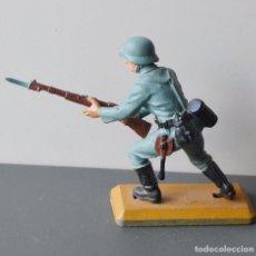 Figuras de Goma y PVC: SOLDADO ALEMAN CON FUSIL - DEETAIL - BRITAINS LTD - 1971 - BASE DE METAL. Lote 104634819