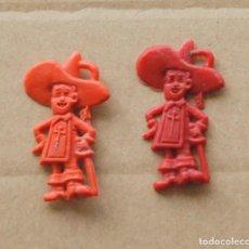 Figuras de Goma y PVC: DUNKIN - LOTE 2 PIN PLASTICO REGALO PROMOCIONAL PIPAS CHURRUCA - MOSQUETEROS - AÑOS 60 . Lote 109206559