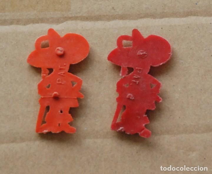 Figuras de Goma y PVC: DUNKIN - LOTE 2 PIN PLASTICO REGALO PROMOCIONAL PIPAS CHURRUCA - MOSQUETEROS - AÑOS 60 - Foto 2 - 109206559