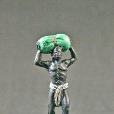 Figuras de Goma y PVC: FIGURA DE UN NEGRO DEL SAFARI CON BULTO EN LA CABEZA. Lote 109449835