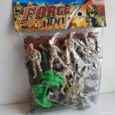 Figuras de Goma y PVC: FORCES ARMY NÚMERO 799 SOLDADOS DE PLASTICO CON CASTILLO Y LANCHA MOTORA DE 8CMS. Lote 113597658