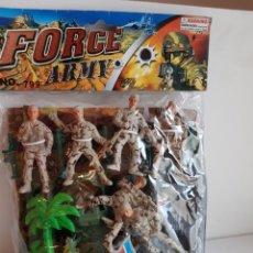 Figuras de Goma y PVC: FORCES ARMY LOTE DE SOLDADOS DE PLÁSTICO CON ATREZZO, LANCHA Y CASTILLO MEDIDA SOLDADO 8 CMS. Lote 113600424