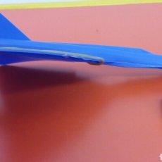 Figuras de Goma y PVC: AVIÓN VOLADOR AZUL CON LANZADOR (14 CM) AZUL.BARATIJA KIOSKO 60S.NUEVO.. Lote 124093416