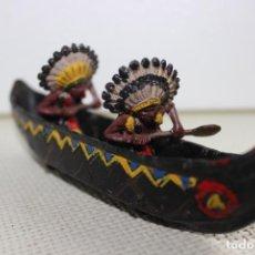 Figuras de Goma y PVC: 2 INDIOS REMEROS CON CANOA PECH AÑOS 50. Lote 114193119