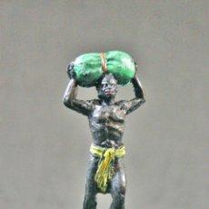 Figuras de Goma y PVC: FIGURA PORTEADOR DEL SAFARI CON MERCANCIA. Lote 114332803