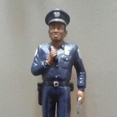 Figuras de Goma y PVC: FIGURA DE POLICÍA DE GOMA. MUÑECO OFICIAL DE POLICÍA. Lote 114341099