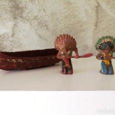 Figuras de Goma y PVC: CANOA INDIA CON REMEROS INDIOS EN GOMA PECH AÑOS 50. Lote 114844355