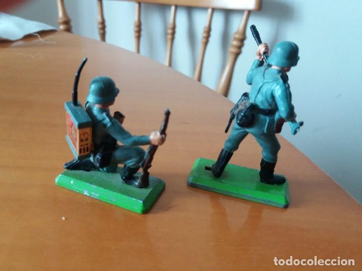Figuras de Goma y PVC: Lote de 2 soldados alemanes. Wehrmacht. SGM. Britains LTD 1971. Deetail. Made in England. - Foto 2 - 219445532
