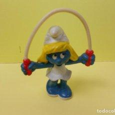 Figuras de Goma y PVC: PITUFINA JUGANDO A LA CUERDA (VER FOTOS ) MADE IN GERMANY (PEYO - 1982). Lote 115772271