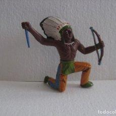 Figuras de Goma y PVC: INDIO CON ARCO ,RODILLA EN TIERRA, SOTORRES, GOMA, AÑOS 50.. Lote 116058439