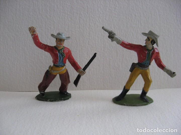 2 VAQUEROS DISPARANDO, SOTORRES, GOMA AÑOS 60 (Juguetes - Figuras de Goma y Pvc - Sotorres)