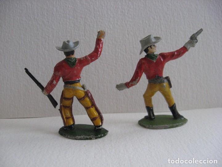 Figuras de Goma y PVC: 2 VAQUEROS DISPARANDO, SOTORRES, GOMA AÑOS 60 - Foto 2 - 116059303