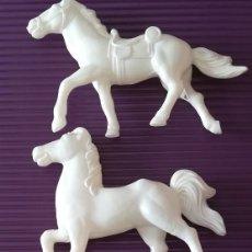 Figuras de Goma y PVC: TRES CABALLOS PLÁSTICO INFLADO. Lote 116386175