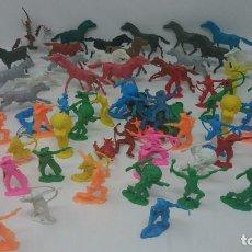 Figuras de Goma y PVC: LOTE INDIOS VAQUEROS JINETES Y CABALLOS. COMANSI JECSAN QUIOSCO. Lote 117010123