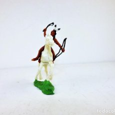 Figuras de Goma y PVC: GMB FIGURA INDIO A CABALLO CON ARCO Y HACHA CCA 1960. Lote 117622331