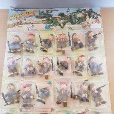 Figuras de Goma y PVC: EXPOSITOR CON 24 SOLDADOS WONILANDIA S. A -MADE IN SPAIN -AÑOS 70. Lote 118855314
