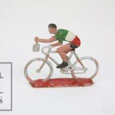 Figuras de Goma y PVC: FIGURA DE PLÁSTICO - CICLISTA CON BOLSA, DE SOTORRES - AÑOS 60. Lote 121730083