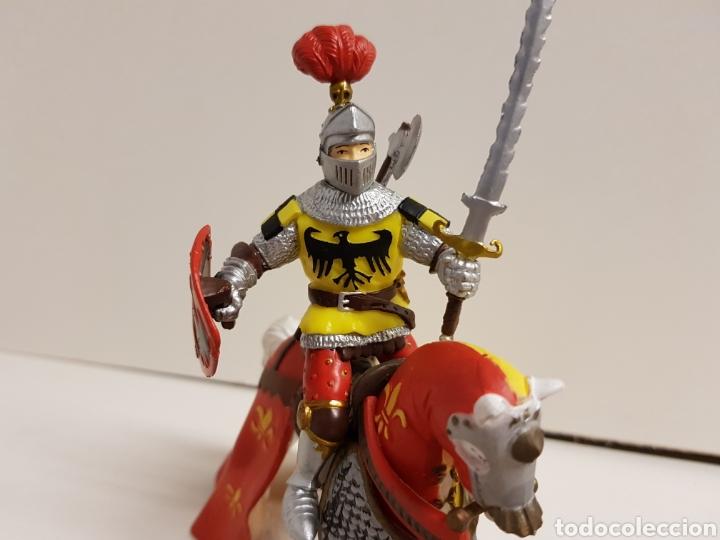 Figuras de Goma y PVC: Figura caballero medieval plastoy goma plástica con símbolos de águila y flor de lis 14 x 12 cm - Foto 3 - 122094907