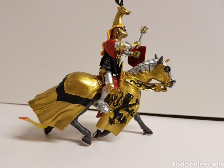 Figuras de Goma y PVC: Caballero medieval goma plástica plastoy años 90 dorado con ciervo medidas 14 x 12 cm - Foto 2 - 122095386