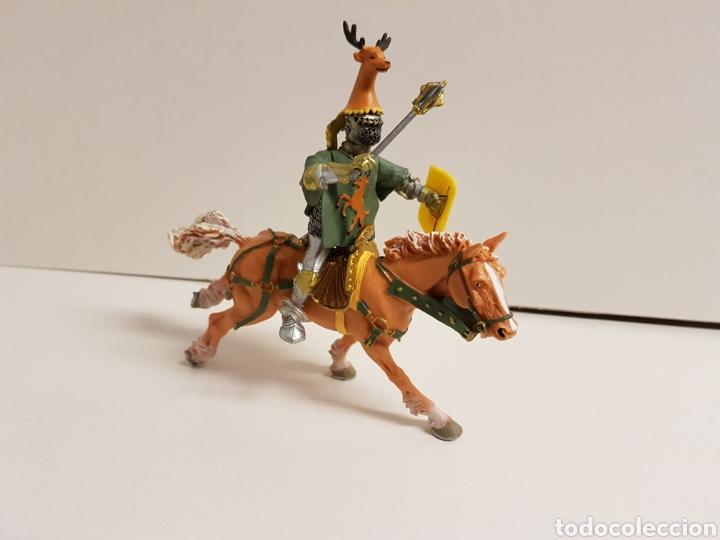 CABALLERO A CABALLO CON SÍMBOLO DE CIERVO EN GOMA PLÁSTICA MEDIDAS 13 X 10 CM (Juguetes - Figuras de Goma y Pvc - Otras)