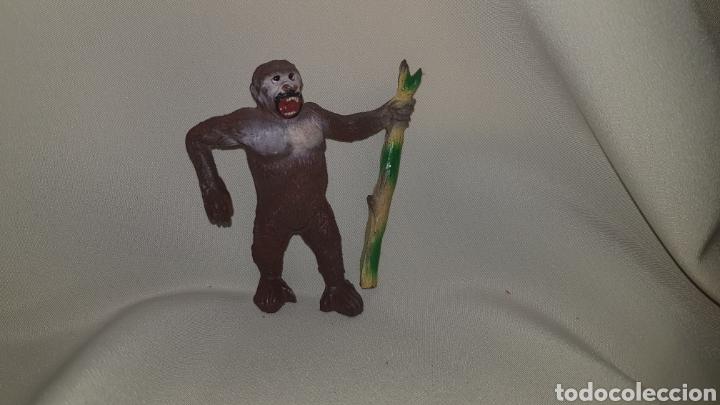 Figuras de Goma y PVC: Gorila con palo fabricado en goma por la casa pech, tipo jecsan, reamsa años 50 - Foto 5 - 124013410