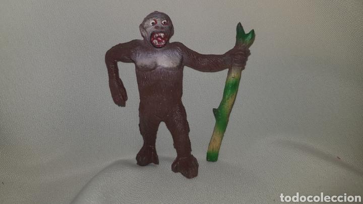 Figuras de Goma y PVC: Gorila con palo fabricado en goma por la casa pech, tipo jecsan , reamsa años 50 - Foto 2 - 124013943