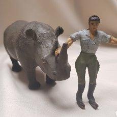 Figuras de Goma y PVC: EXPLORADOR Y ÚNICO RINOCERONTE DE GOMA CON ALAMBRES, ARCLA , AÑOS 50. Lote 124144124