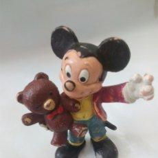 Figuras de Goma y PVC: MICKEY MOUSE CON PELUCHE,FIGURA DE GOMA BULLYLAND. Lote 128264684