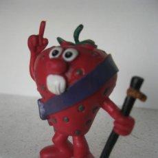 Figuras de Goma y PVC: ANTIGUA FIGURA FRESA ALCALDE SERIE FRUITTIS- FRUITIS COMICS SPAIN 1990 VER FOTO ADICIONAL. Lote 130913144