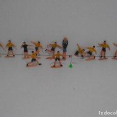Figuras de Goma y PVC: LOTE JUGADORES DE FUTBOL Y ARBITRO, 12 FIGURAS PLASTICO PINTADAS, CADIZ CF, COMANSI, AÑOS 70. Lote 132322874