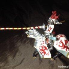 Figuras de Goma y PVC: CABALLERO MEDIEVAL JUSTAS BLANCO Y ROJO PLASTOY. Lote 132723098
