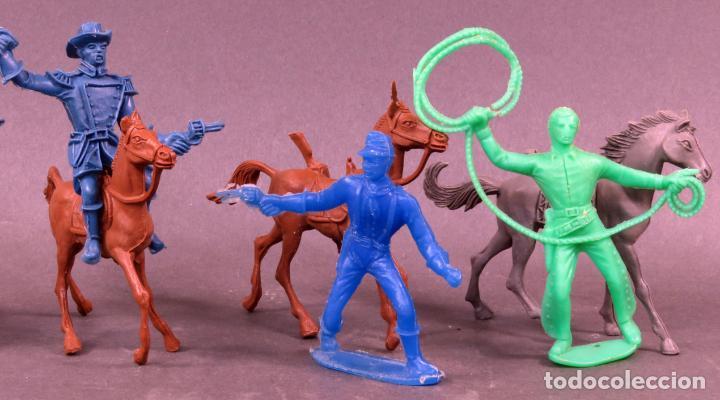 Figuras de Goma y PVC: 5 figuras federales y vaqueros a caballo Comansi plástico sin pintar años 80 - Foto 3 - 133021242