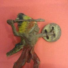 Figuras de Goma y PVC: PECH HNOS. INDIO DE GOMA. SERIE INDIOS Y COWBOYS. (1955). 60 MM.. Lote 133961506