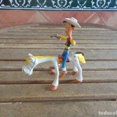 Figuras de Goma y PVC: FIGURA EN GOMA DE LUCHY LUKE Y SU CABALLO DE COMIC SPAIN INCOMPLETO. Lote 134308942