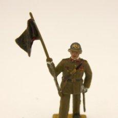 Figuras de Goma y PVC: FIGURA ABANDERADO. PLÁSTICO. DESFILE REAMSA. EJERCITO DE TIERRA. AÑOS 70. Lote 134349478