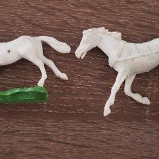 Figuras de Goma y PVC: LOTE 2 CABALLOS DEL OESTE PLÁSTICO DURO AÑOS 70/80. Lote 135504829