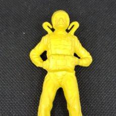 Figuras de Goma y PVC: FIGURA PARACAIDISTA - SIN PARACAIDAS - AÑOS 70 - CAR121. Lote 137874052